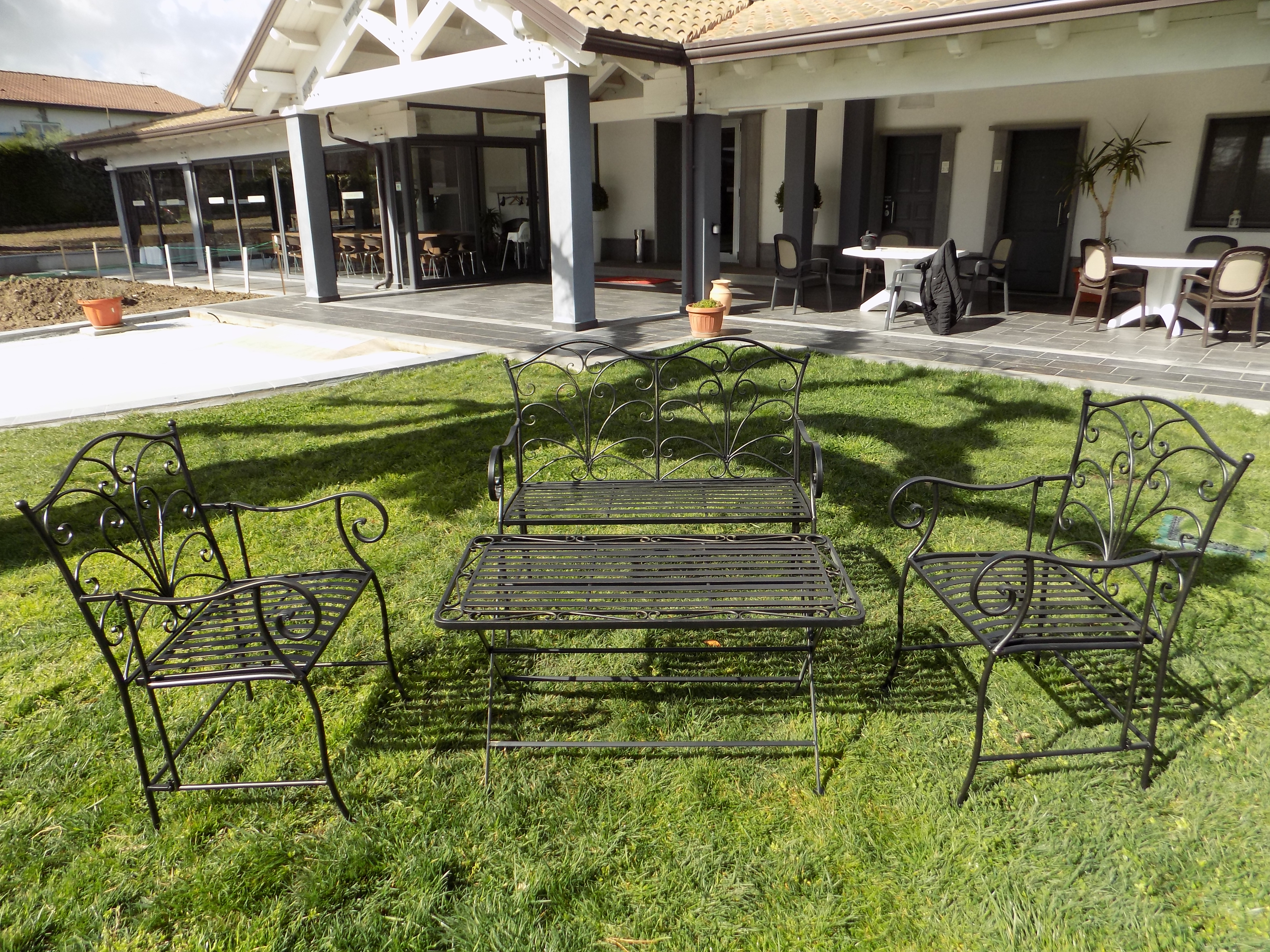 Salotto firenze in ferro nero antico 1 divano 2 poltrone 1 tavolinetto nolo service - Divano ferro battuto antico ...